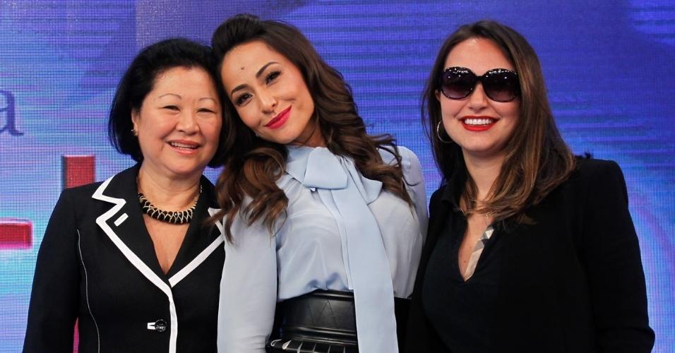22.abr.2014 - Sabrina Sato posa com a mãe, Dona Kika, e com a irmã, Karina, durante apresentação de seu novo programa na Record