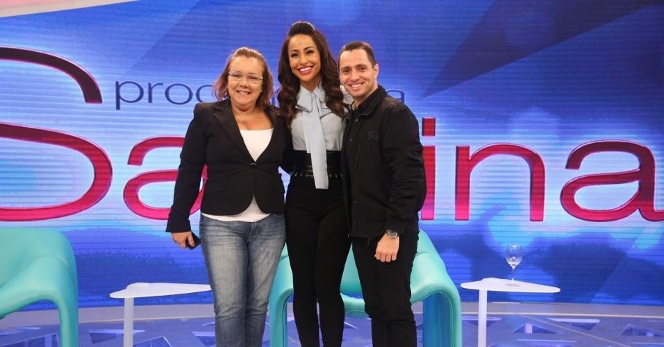 22.abr.2014 - Sabrina Sato posa com os diretores Rita Fonseca e Cesar Barreto Filho durante apresentação do