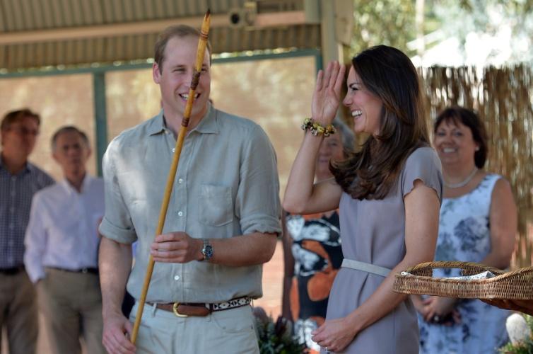 22.abr.2014 -  Sem o filho, George, Príncipe William e Kate Middleton visitam uma tribo aborígine na cidade de Yulara, na Austrália.