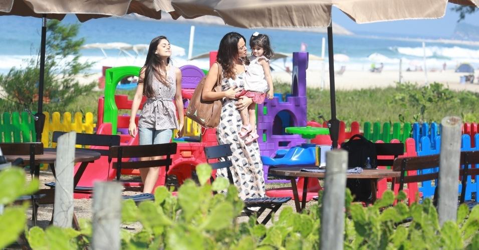 """22.abr.2014 - Vanessa Gerbelli grava a novela """"Em Família"""" em parquinho de diversão na orla da praia do Recreio dos Bandeirantes, Rio de Janeiro"""