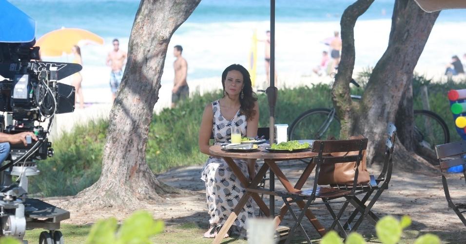 """22.abr.2014 - Vanessa Gerbelli grava a novela """"Em Família"""" na orla da praia do Recreio dos Bandeirantes, Rio de Janeiro"""
