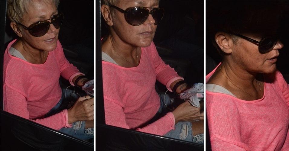 22.abr.2014 - Xuxa conhece a nova unidade da franquia Casa X, no Tatuapé, zona leste de São Paulo, antes de inauguração, e causa tumulto com fãs e moradores na porta do buffet. A apresentadora chegou em um carro e estava visivelmente abatida. Mesmo sendo noite, ela usava óculos escuros, mas tirou para cumprimentar o público