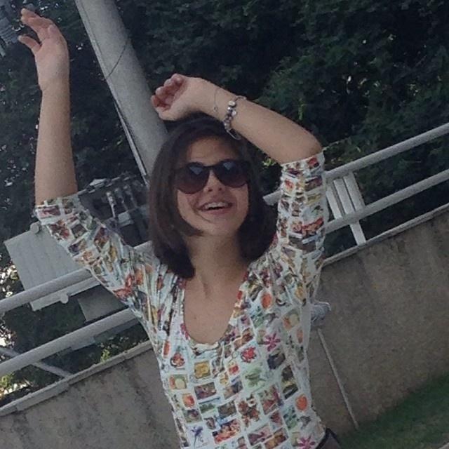 22.abr.2014- Mãe de Klara Castanho diz que filha está linda na foto postada em uma rede social. A atriz mirim aparece com um look considerado adulto para a sua idade