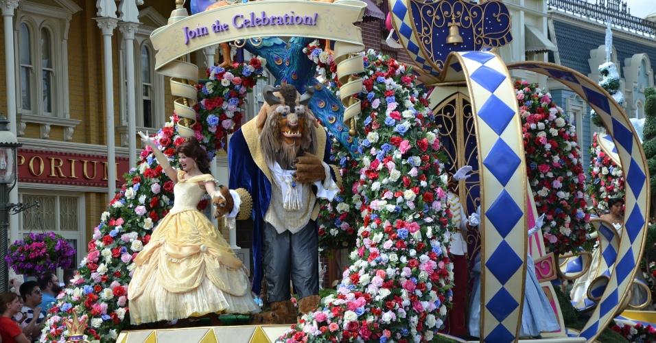 A Bela e a Fera abrem o Disney Festival of Fantasy Parade; carro alegórico mostra cenas românticas das princesas e seus príncipes