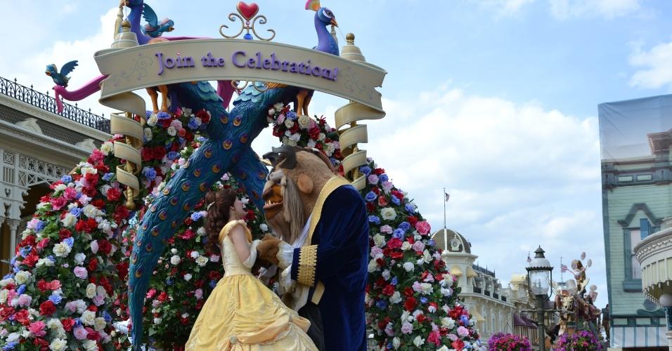 A Bela e a Fera mostram romantismo com sotaque francês na abertura da Disney Festival of Fantasy Parade