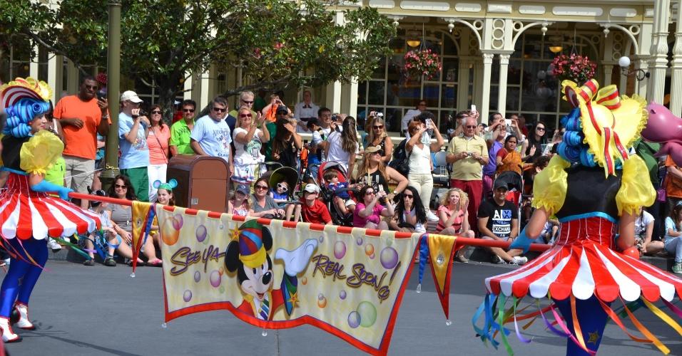 A Disney Festival of Fantasy Parade reúne oito carros alegóricos e cerca de cem artistas em um espetáculo de música, dança e acrobacias