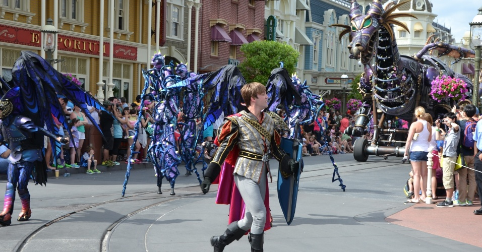 A frente de um dos carros mais impressionantes, o príncipe Phillip batalha com um dragão