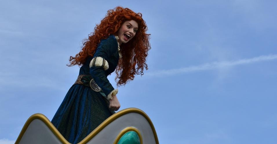 A princesa Merida surge com seus cabelos esvoaçantes, ao som de uma imensa gaita de foles