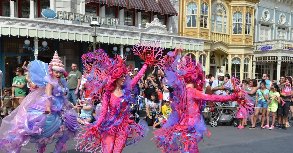 Artistas animam o público em uma apresentação de cerca de quinze minutos, quando percorrem a principal rua do parque