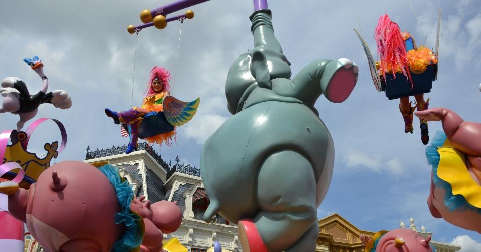 Artistas e malabaristas se apresentam nos carros alegóricos que passam pela rua principal do Magic Kingdom, na Disney Festival of Fantasy Parade