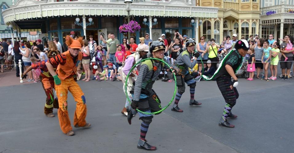 Artistas em um espetáculo de música, dança e acrobacias na Disney Festival of Fantasy Parade