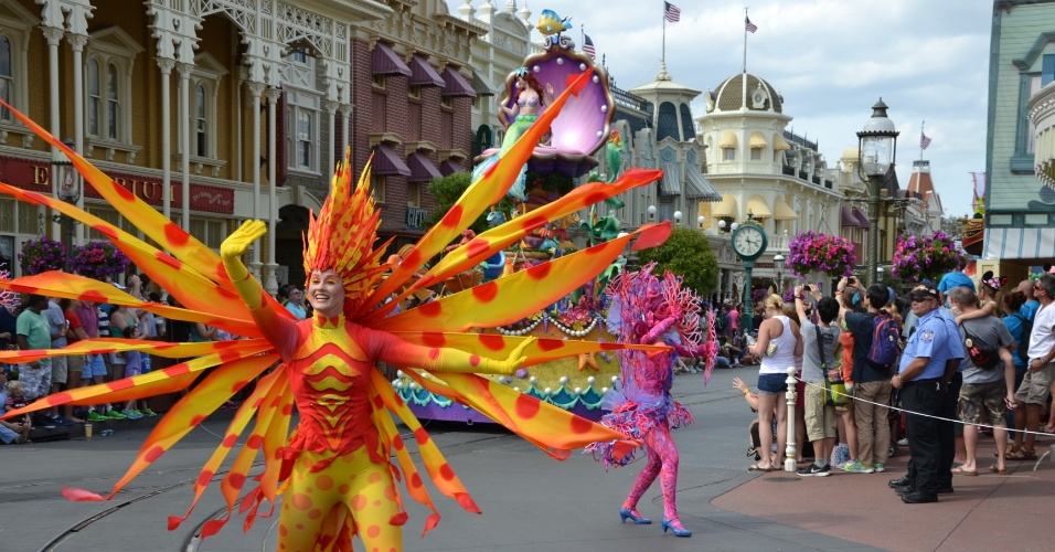 """Artistas garantem clima """"submarino"""" para o carro de A Pequena Sereia na Disney Festival of Fantasy Parade"""
