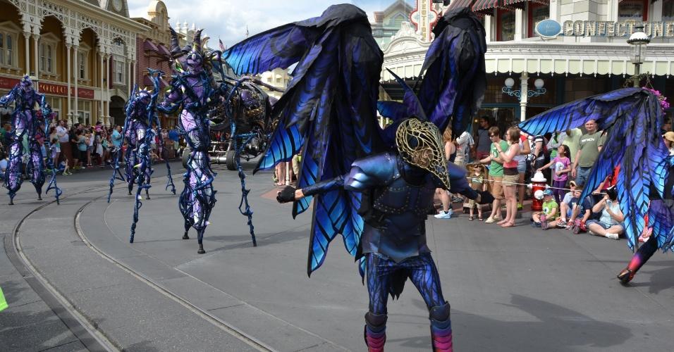 Artistas mostram danças e acrobacias na Disney Festival of Fantasy Parade