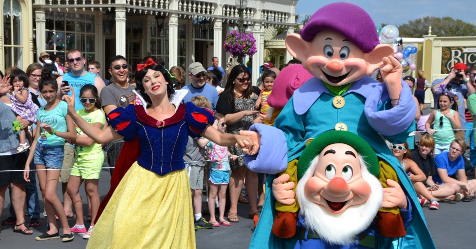 Branca de Neve e os sete anões encantam a plateia no desfile dos clássicos contos da Disney