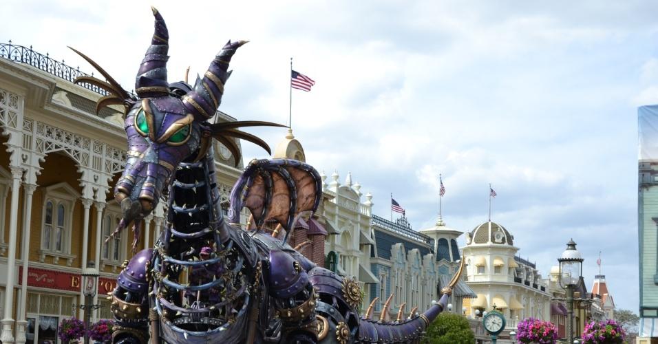 Carro alegórico em forma de dragão ilustra a história da princesa Aurora