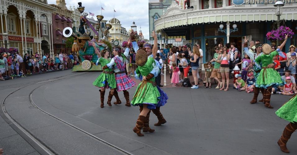Casais celtas dançam ao som de uma imensa gaita de foles na Disney Festival of Fantasy Parade