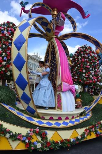 Cinderela desfila no carro de abertura da Disney Festival of Fantasy Parade