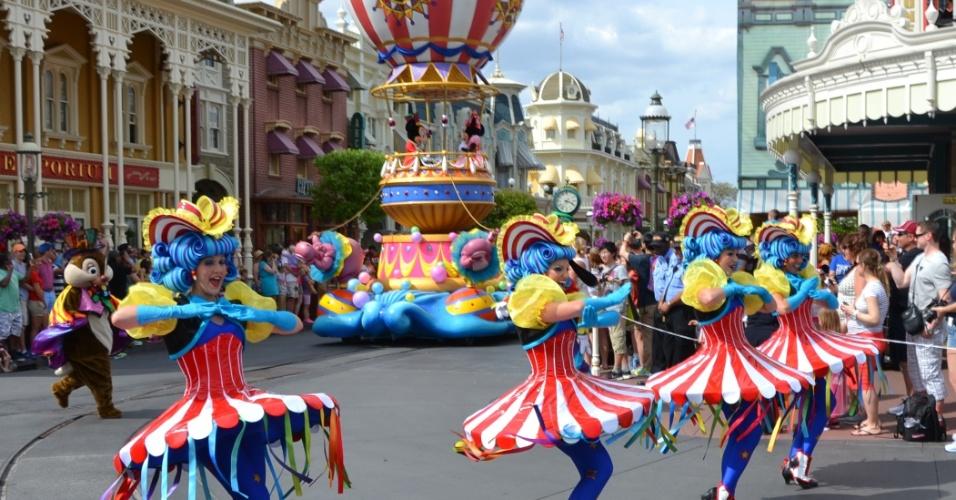 Coreografias e figurinos impressionantes garantem a magia na Disney Festival of Fantasy Parade
