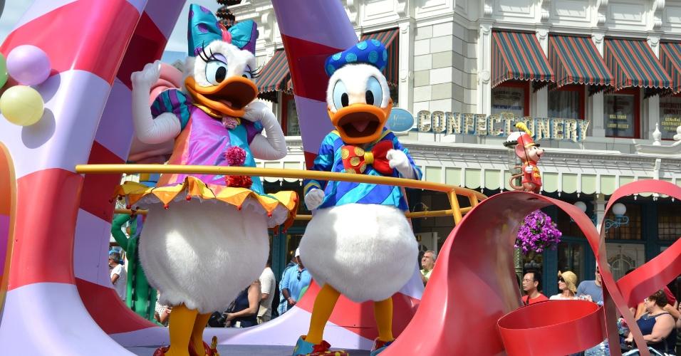 Donald e Margarida no carro da Disney Festival of Fantasy Parade; personagens clássicos e famosos encantam os visitantes do parque