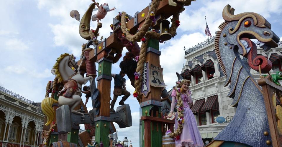 Enrolados, o segundo carro alegórico do Disney Festival of Fantasy Parade, é uma homenagem à história da Rapunzel
