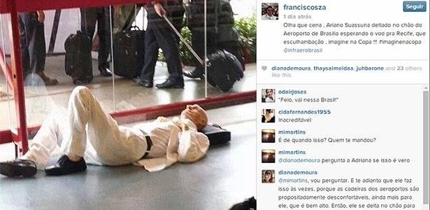 O escritor Ariano Suassuna deitado em aeroporto de Brasília - Reprodução/Instagram/franciscosza