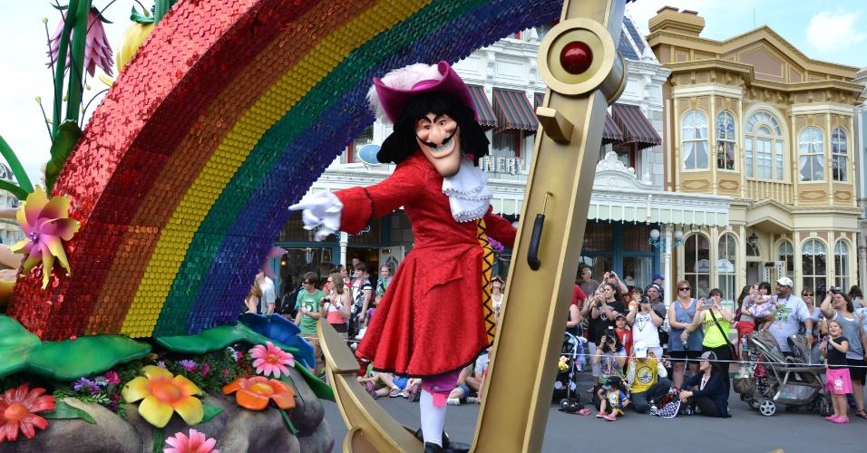 O temível Capitão Gancho no carro alegórico da Disney Festival of Fantasy Parade