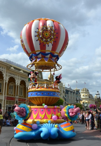 O último carro alegórico da Disney Festival of Fantasy Parade traz os personagens mais famosos do parque em um imenso balão