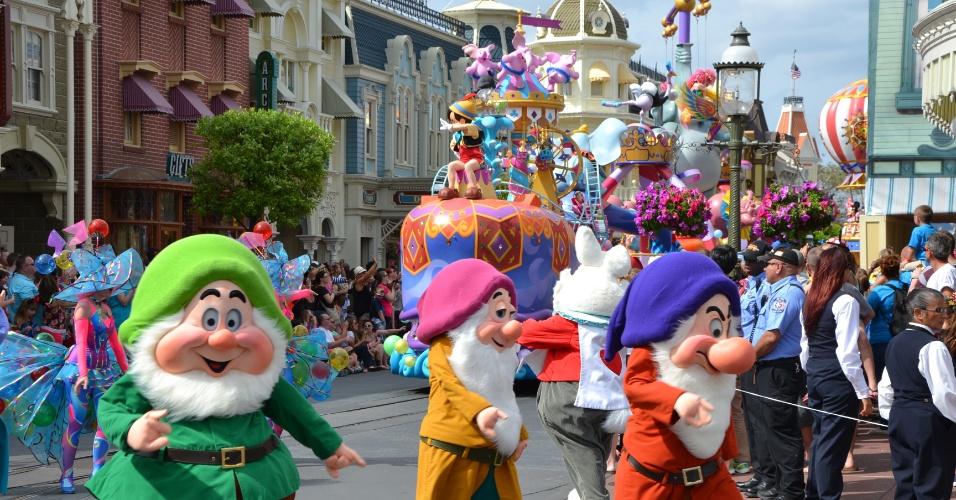 Os sete anões participam da caravana de personagens clássicos da Disney Festival of Fantasy Parade