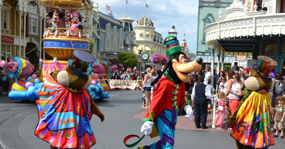 Pateta, Tico e Teco estão entre os personagens clássicos que animam o desfile na rua principal do Magic Kingdom durante a Disney Festival of Fantasy Parade