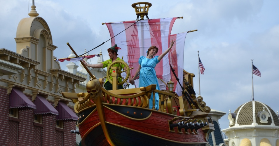 Peter Pan e Wendy no navio pirata da Disney Festival of Fantasy Parade