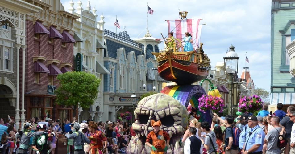 Peter Pan, Wendy, Sininho e o temível Capitão Gancho se apresentam a bordo de um navio pirata, com muitas surpresas