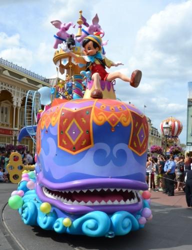 Pinóquio participa da caravana de personagens da Disney Festival of Fantasy Parade