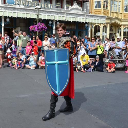 Príncipe Phillip, o romântico par da princesa Aurora, mostra sua bravura na Disney Festival of Fantasy Parade