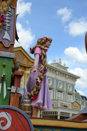 Rapunzel exibe sua gigantesca trança de quase dez metros na Disney Festival of Fantasy Parade