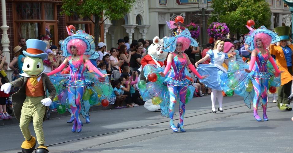 Uma caravana de personagens como o Grilo Falante, Alice e o Chapeleiro Maluco surgem na Disney Festival of Fantasy Parade