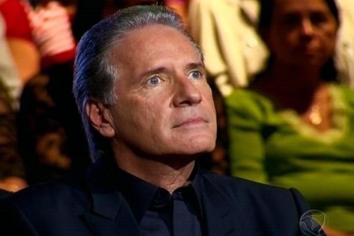 22.abr.2014 - Roberto Justus assiste atentamente as apresentações dos candidatos