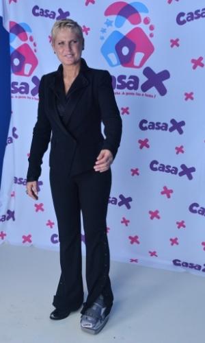 23.abr.2014 - Com um problema nos ossos do pé, a apresentadora usou uma bota especial durante a inauguração da Casa X, na zona leste de São Paulo