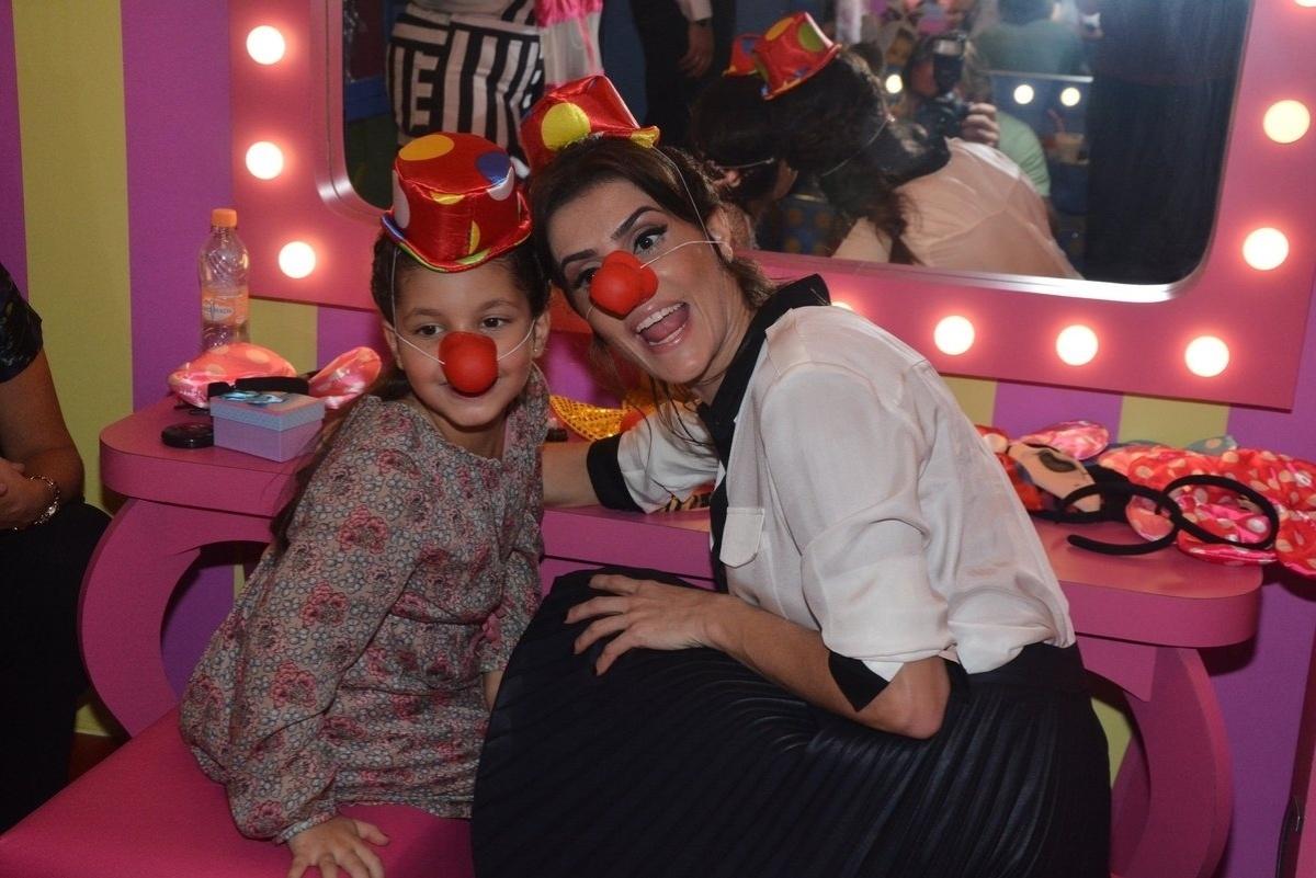 23.abr.2014 - Deborah Secco brinca com fantasia de palhaço na festa de inauguração da Casa X, empreendimento de Xuxa na zona leste de São Paulo