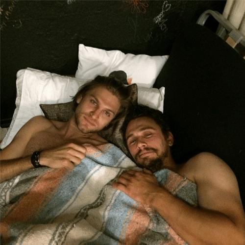 23.abr.2014 - James Franco posta foto no Instagram debaixo do cobertor, sem camisa, com o ator Keegan Allen