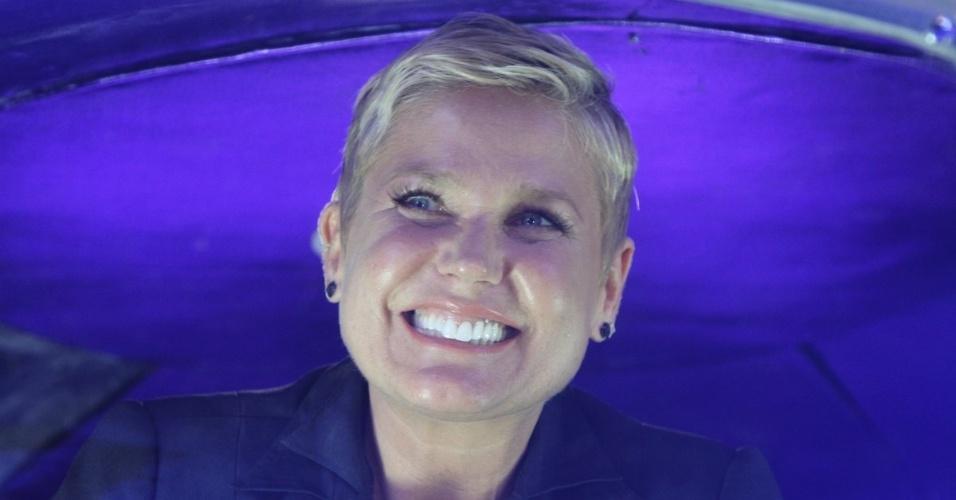 """23.abr.2014 - Xuxa desce na nave dentro da Casa X, empreendimento de festas infantis na zona leste de São Paulo. Segundo a apresentadora, desde o fim do """"Xou da Xuxa"""" ela não repetia a famosa descida"""