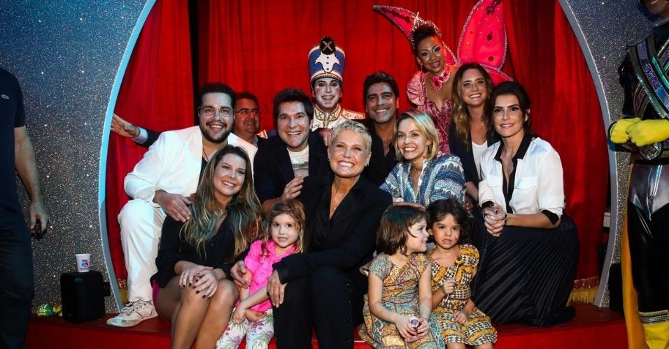 23.abr.2014 - Xuxa posa com famosos que estiveram na inauguração da Casa X, na zona leste de São Paulo, como Deborah Secco e o cantor Daniel. Com um problema nos ossos do pé, a apresentadora usou uma bota especial durante o evento