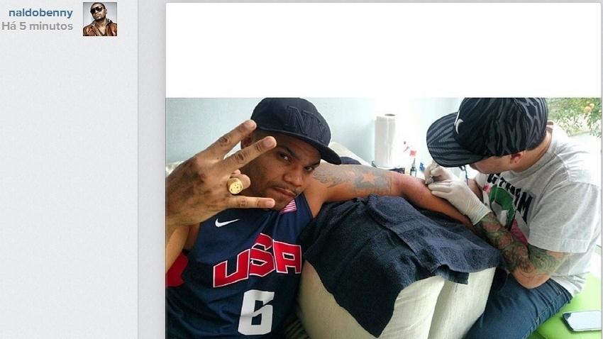23.abr.2014- Naldo faz nova tatuagem e mostra para seus fãs no Instagram