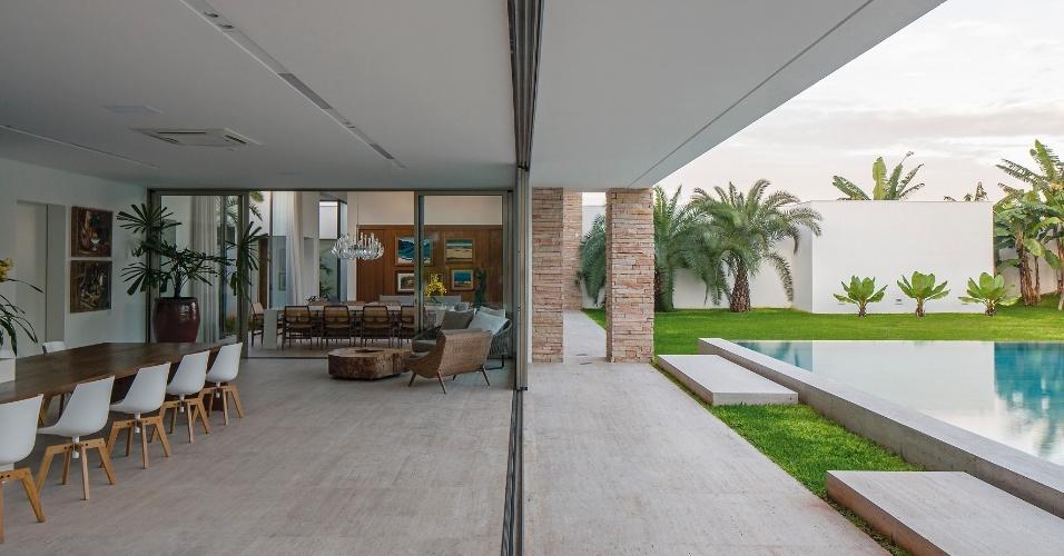 A área de convívio da TB House, desenhada pelo escritório Aguirre Arquitetura, privilegia a integração total dos espaços. Assim, a varanda com espaço gourmet, o living e a piscina se unem proporcionando conforto e bem viver aos moradores