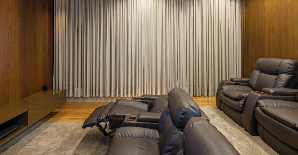 Como todo bom cinéfilo, o proprietário da Casa TB, projetada pelo escritório Aguirre Arquitetura, almejava uma sala de cinema em sua casa