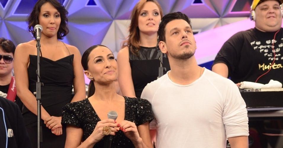 Sabrina Sato recebe o namorado João Vicente de Castro em sua estreia na Record