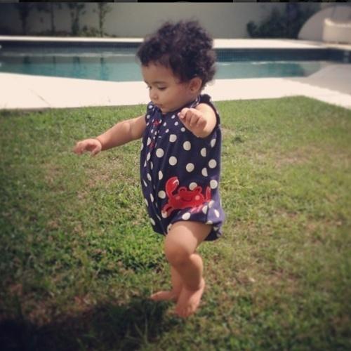 """Samara Felippo comemora primeiros passos da caçula Lara em rede social: """"No dia de São Jorge, homenagem a minha guerreirinha que andou com 10 meses!"""", escreveu a mamãe orgulhosa"""