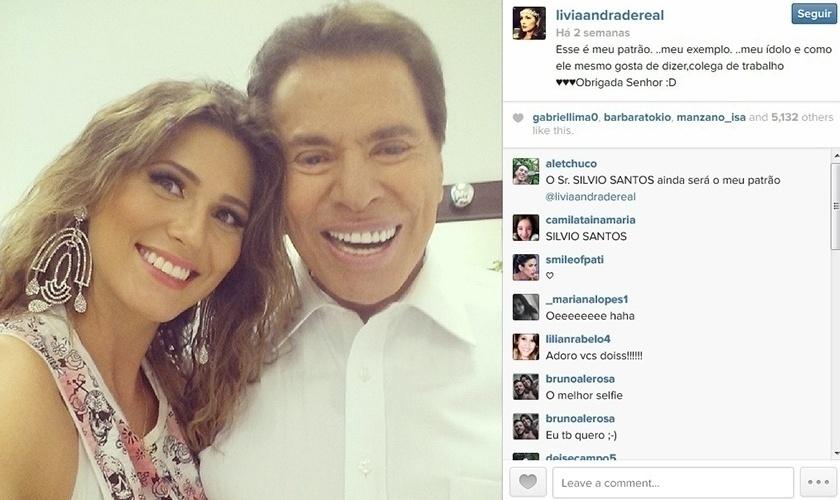 13.abr.2014 - A atriz Lívia Andrade faz selfie sorridente com Silvio Santos.