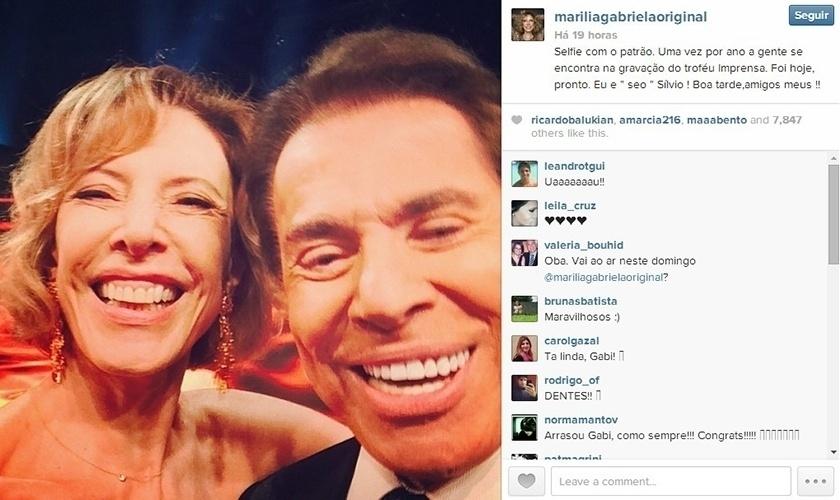 23.abr.2014 - Marília Gabriela faz selfie com Silvio Santos durante gravação do Troféu Imprensa, em São Paulo.