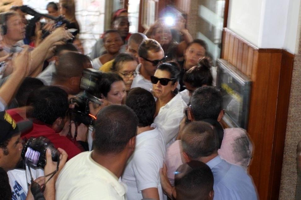 24.abr.2014 - Acompanhada da filha Benedita, Regina Casé compareceu ao velório do bailarino DG no cemitério São João Batista, na zona sul do Rio