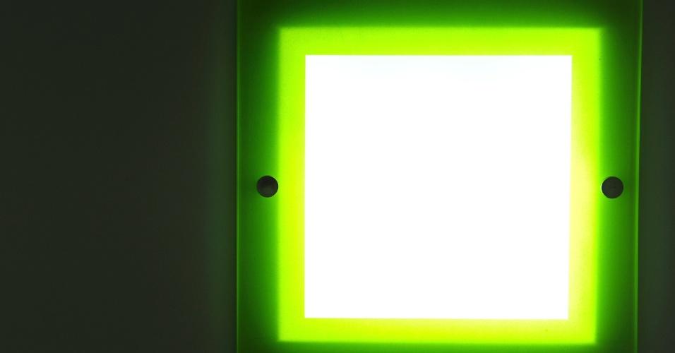 A linha de embutidos Colors foi outra novidade apresentada pela Bonin (www.bonin.com.br) na 14ª Expolux (Feira Internacional da Indústria da Iluminação). Oferecida em sete opções de cores, a luminária quadrada pode receber lâmpada compacta eletrônica